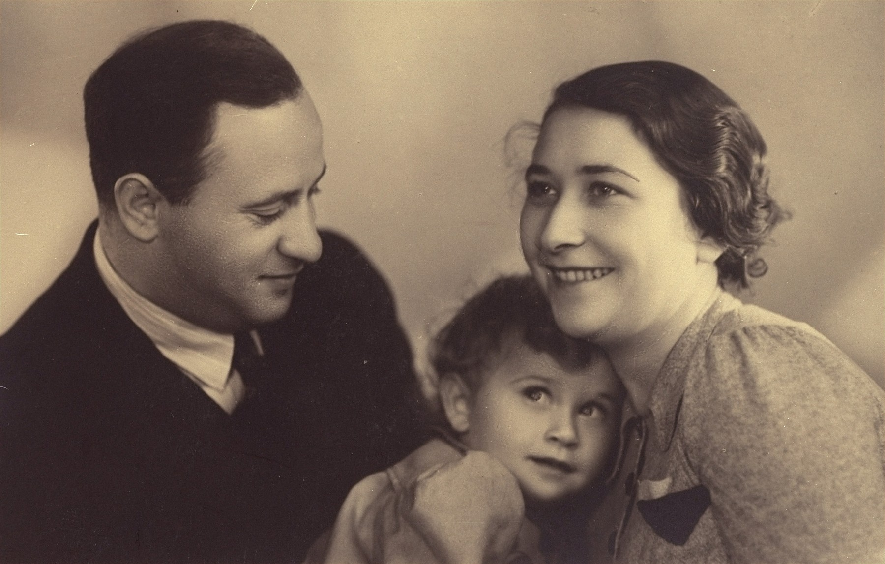 Portrait of Jozef and Genia Berkowicz with their daughter Rita in Warsaw.