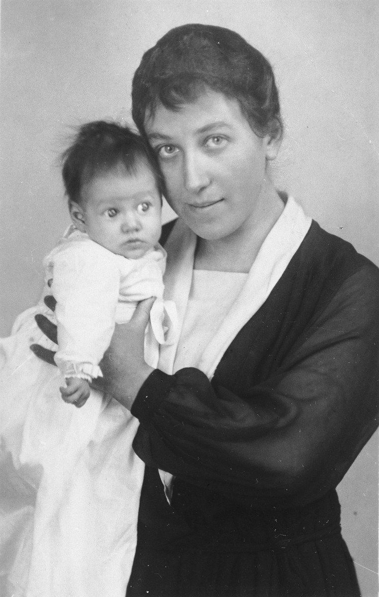 Studio portrait of a Jewish mother and child in Bad Homberg, Germany.  Pictured are Hannah Feist and her infant daughter, Selma.
