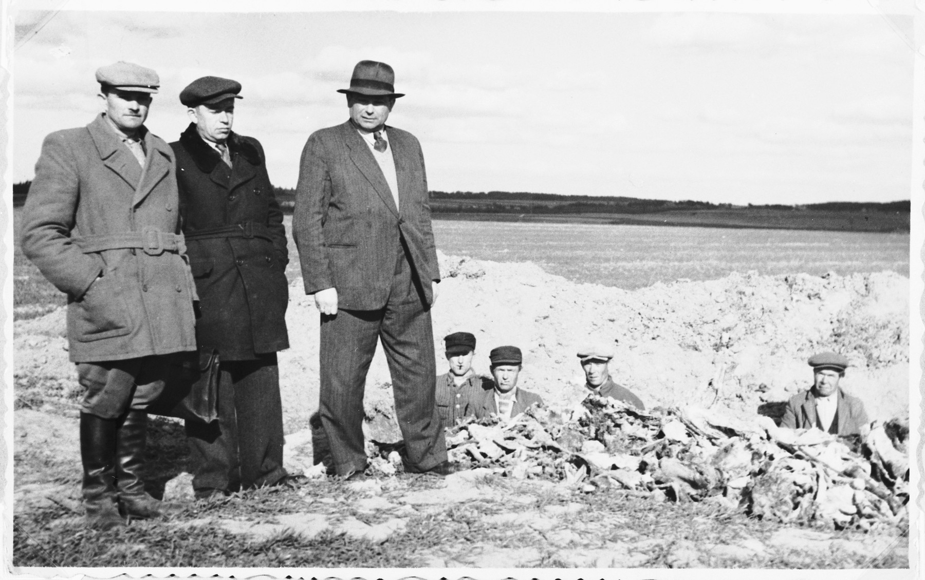Jewish survivors and Polish workers exhume the bodies of Jews killed during the liquidation of Siemiatycze so that they can be properly reburied at the entrance to the Jewish cemetery.  Yehoshua Kejles is standing at the right.  His father, Efraim Kejles, was among those murdered.