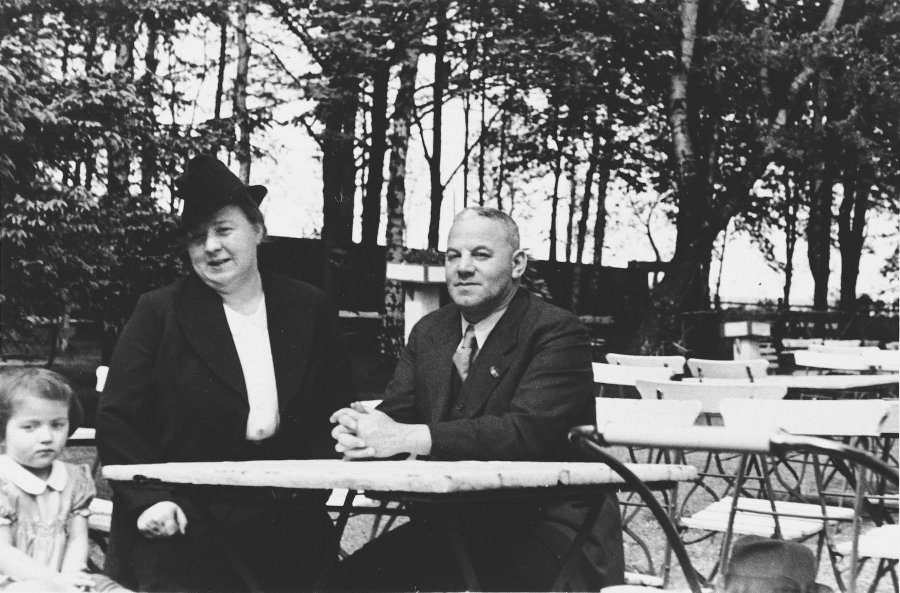An intermarried German-Jewish couple sits at a table in a park in Stettin, Germany.  Pictured are Erich and Trude Berndt.  Erich, who was the brother of Lotte Berndt, was deported to Theresienstadt near the end of the war, but survived.