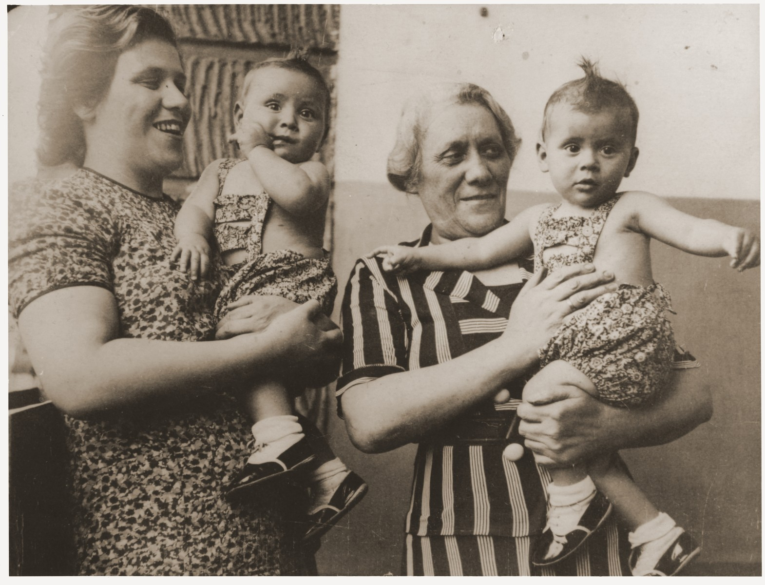 Selma Heimann and Frieda (nee Heimann) Perl hold Ellinor (now Eleanor Gerson) and Evelyn Perl (now Evelyn Pearl).