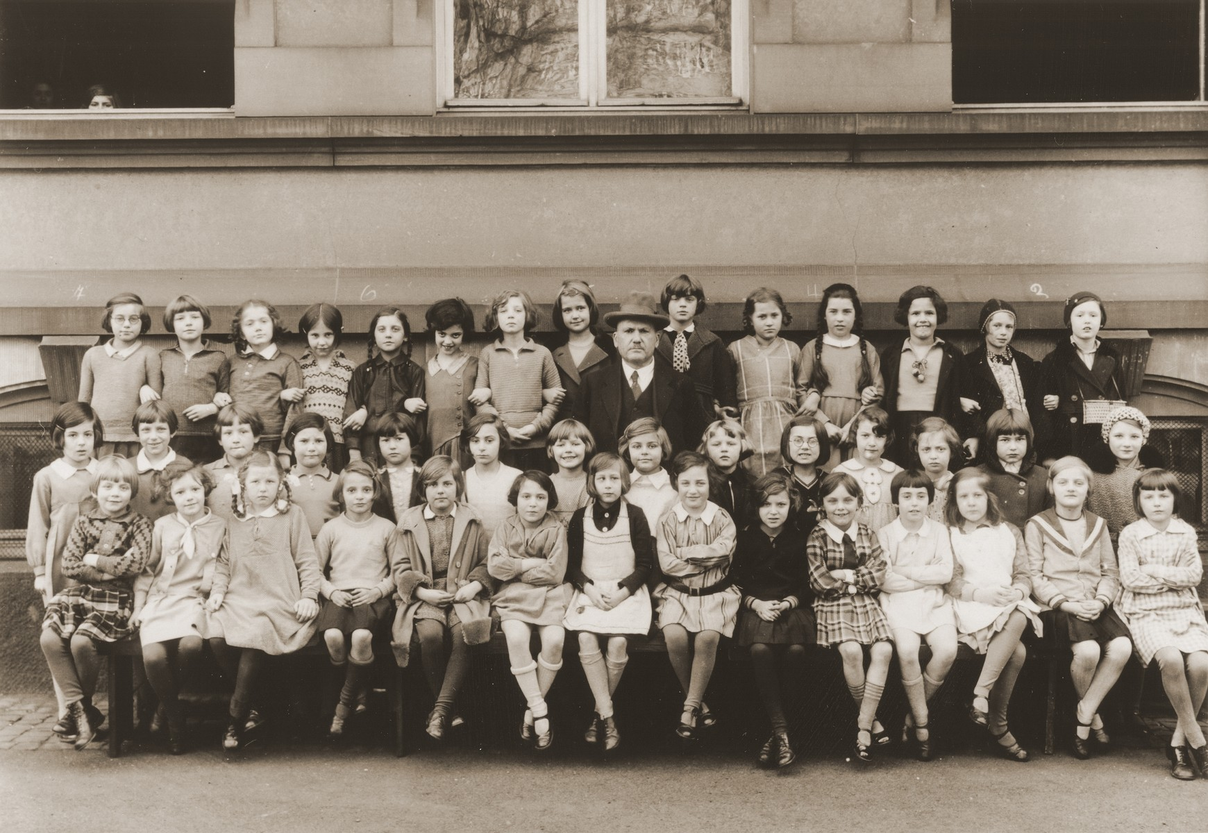 Group portrait of students at the Holzhausen Schule, an elementary school in Frankfurt.    Lore Gotthelf is pictured in the back row, third from the right.