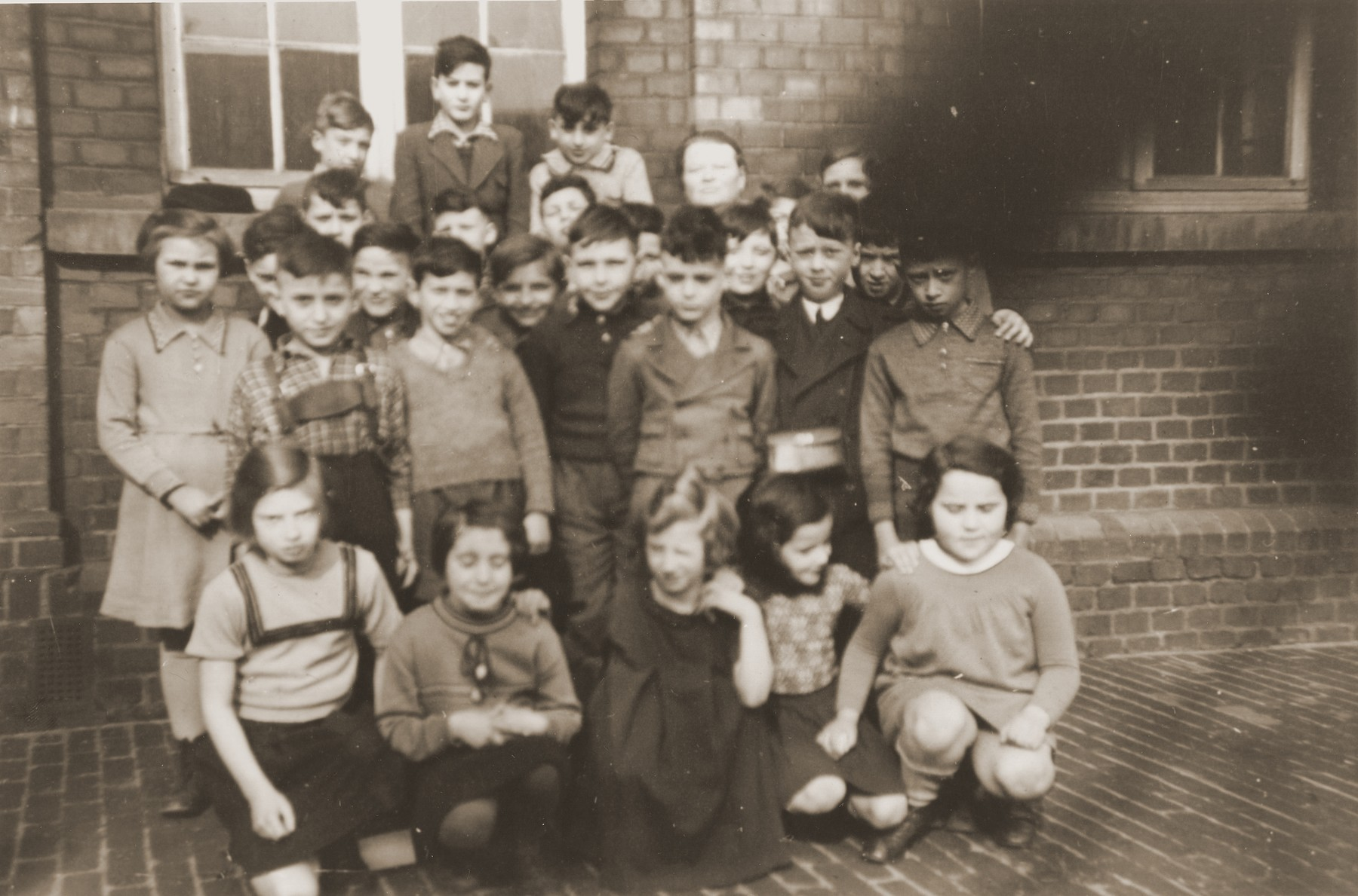 Group portrait of students at the Israelitische Volkschule Essen after the expulsion of the children of Polish origin.   Among those pictured is Heinz Straus (back row, second from the left).