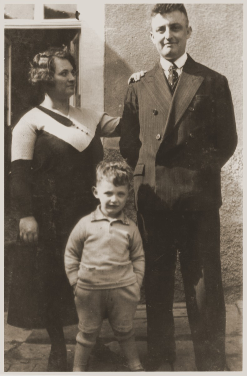Albert and Flora Mendel pose outside with their son, Ernst.