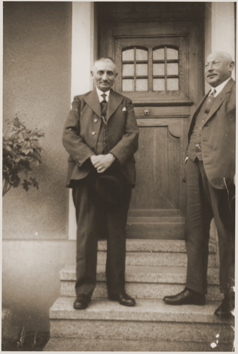 Sigmund Vogel (left) poses with Leopold Vogel in front of Sigmund's house in Nieder-Saulheim, Germany.  Sigmund was the maternal grandfather of the donor Werner Mendel.