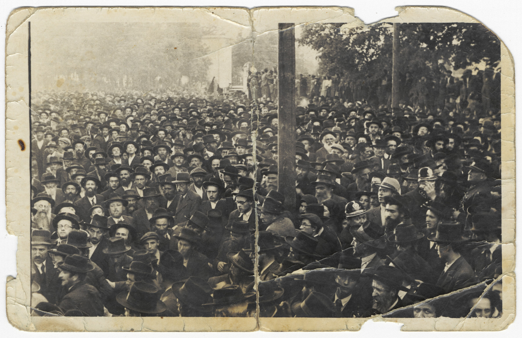 A large crowd gather during the funeral of Rabbi Chaim Elazar Spira of Munkacz.  Rabbi Boruch Rabinovich can be seen in the lower left-hand corner.