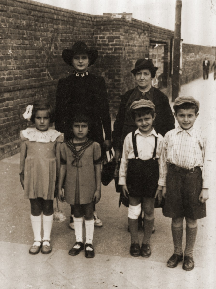 Hinda Sztajnberg (left), her mother-in-law Mrs. Warszawski  (the donor's maternal aunt), and her children:  Pictured from right: Mordechai Zvi (Motek), Avraham Itzhak, little sister (name unknown) and Feiga Bluma Sztajnberg. All perished in Auschwitz.