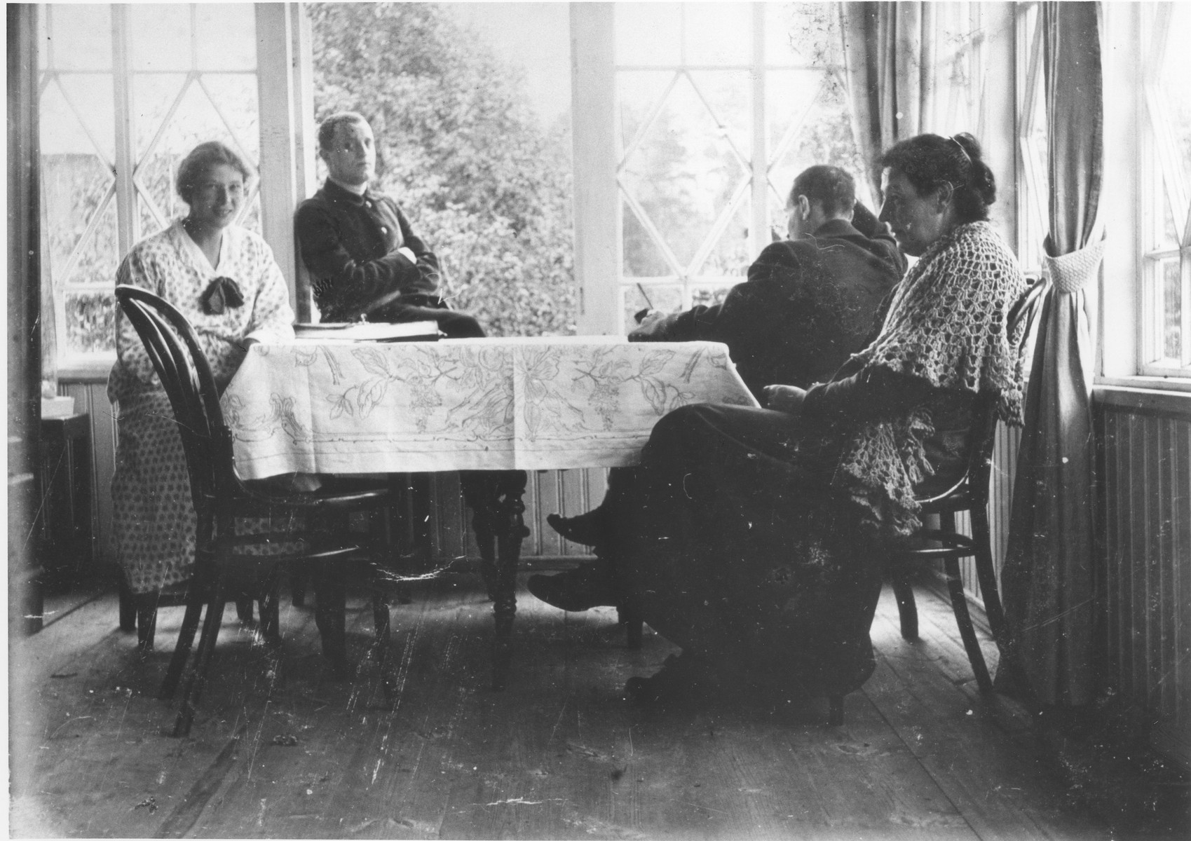 Portrait of Fanya Mikolaevsky (right) with her family.