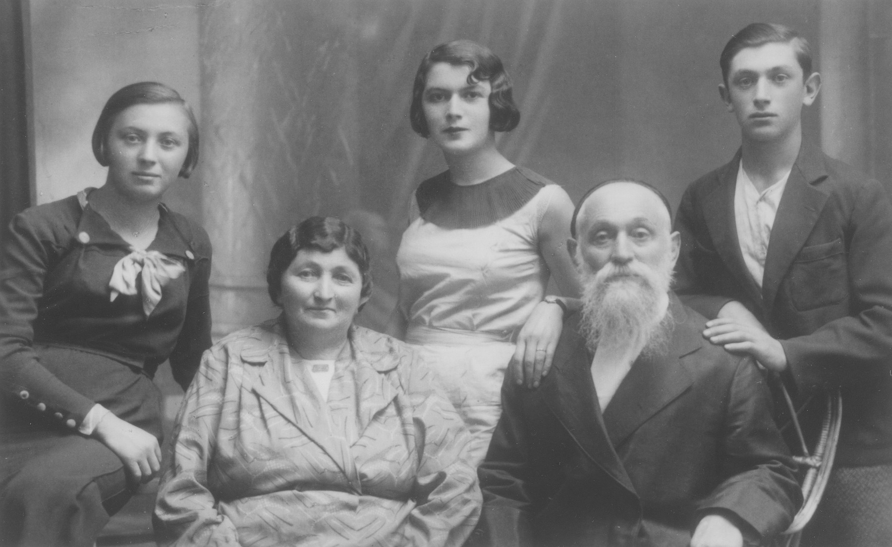 Portrait of the Cymbler famIly in Bedzin.  Pictured from left to right are: Rachel, Rajzla, Chaja Itla. Herszlik, and Jacob Cymbler.