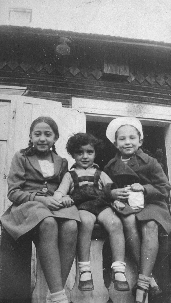 Close-up of three young Jewish children in Kron, Lithuania.  Pictured in the center is Haviva Gar, the daughter of Jacob Gar and the cousin of the donor.