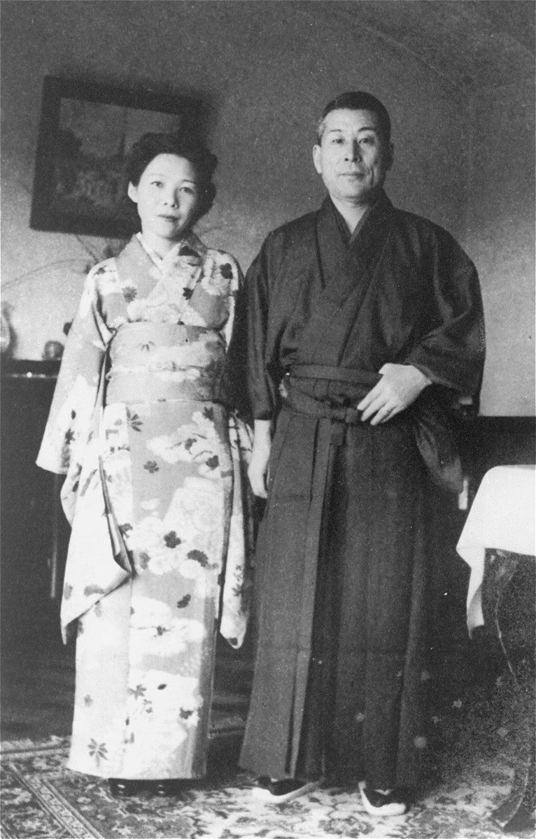 Chiune and Yukiko Sugihara pose in traditional Japanese yukata (Chiune) and kimono (Yukiko).