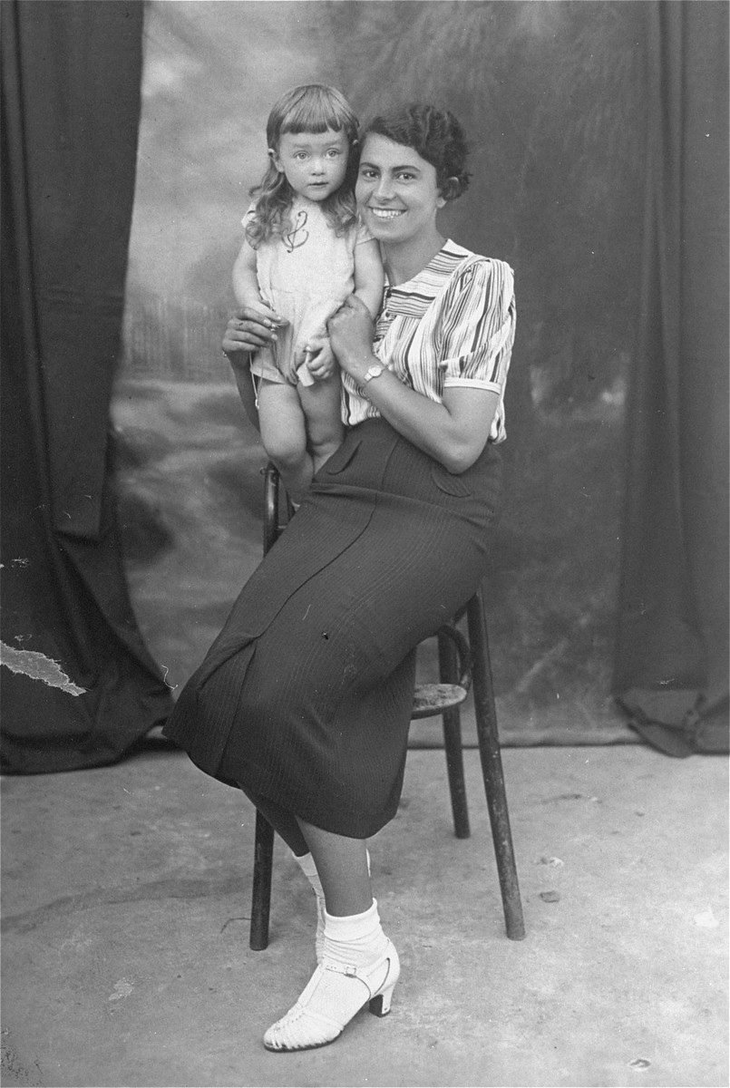 Portrait of the donor's aunt, Nehama Kaplan, with an unidentified little girl.