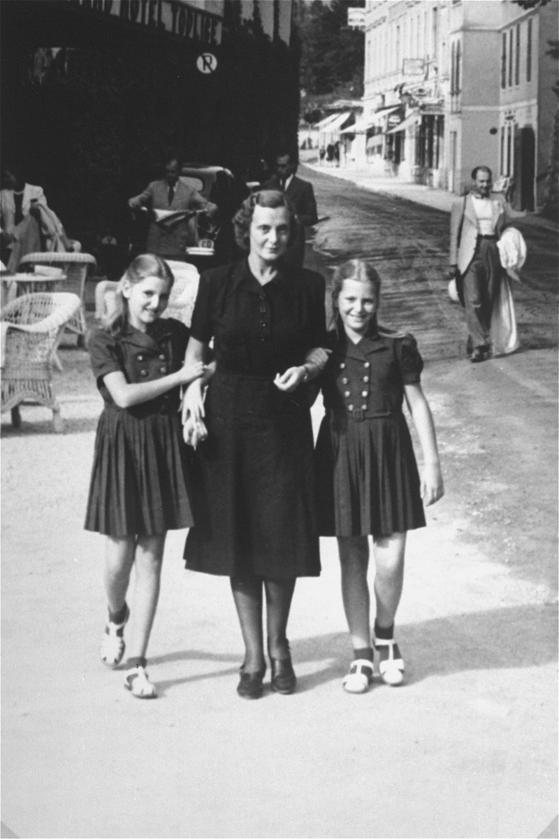 Dorottya (Dolly) Dezsoefi, (left) poses on a street with her twin sister, Ida Marianne (Mari), and their mother, Johanna Selinger.