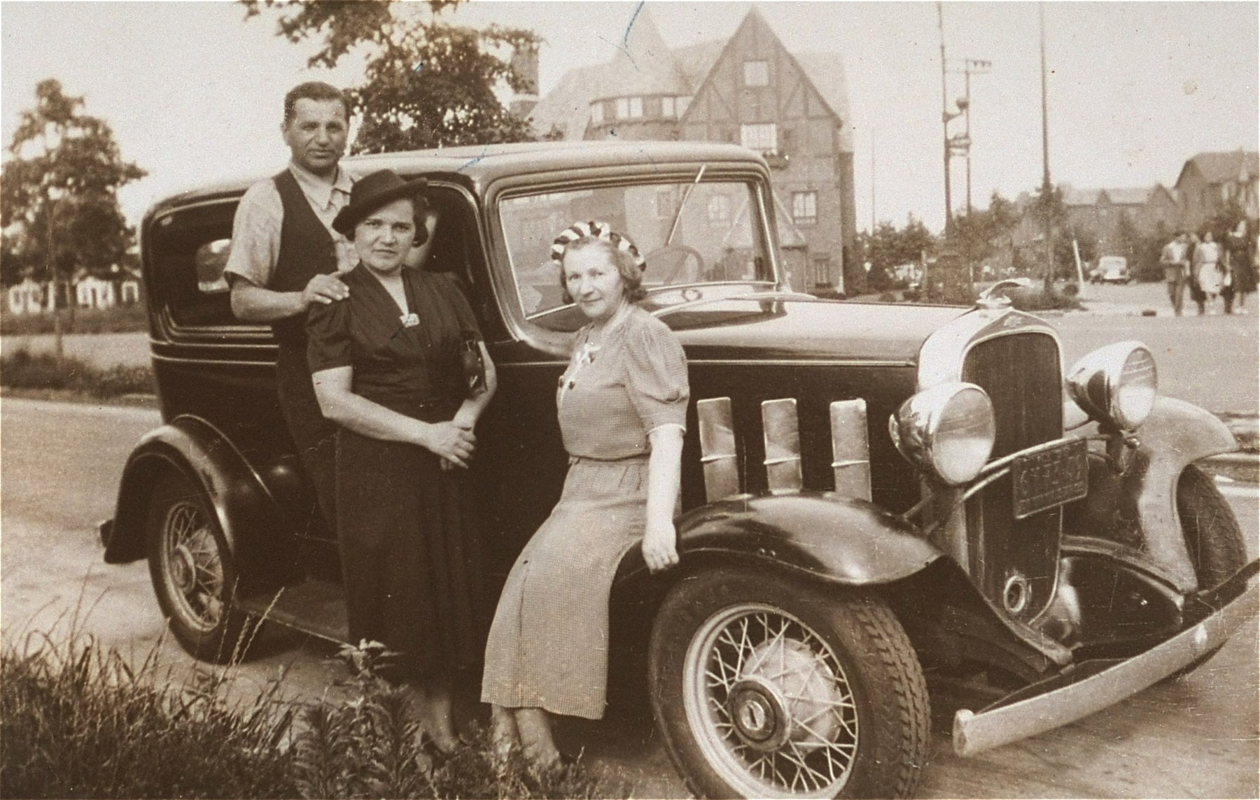 The donor's mother, Chaya Gar, poses with friends next to a car during her return visit to Kron in the summer of 1938.