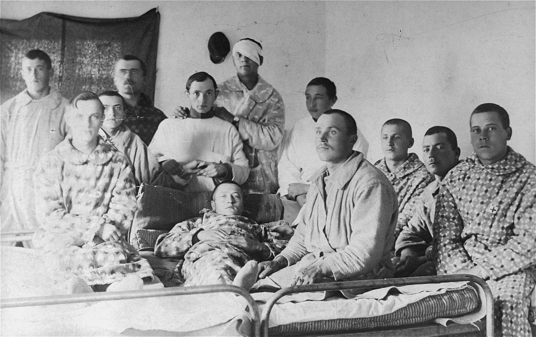 Group portrait of convalescing soldiers in a hospital [possibly Jewish veterans of the First World War in Minsk].
