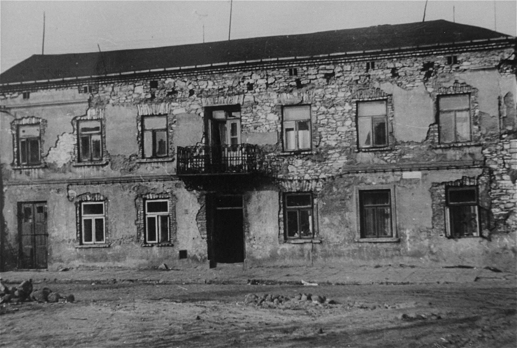 View of an abandoned building at the intersection of Rynek Warszawski and Jaskrowska Streets in Czestochowa, where the German police station was located.