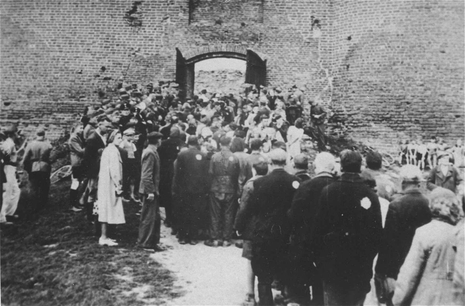 Jews from the Ciechanow ghetto are assembled in a fortress.