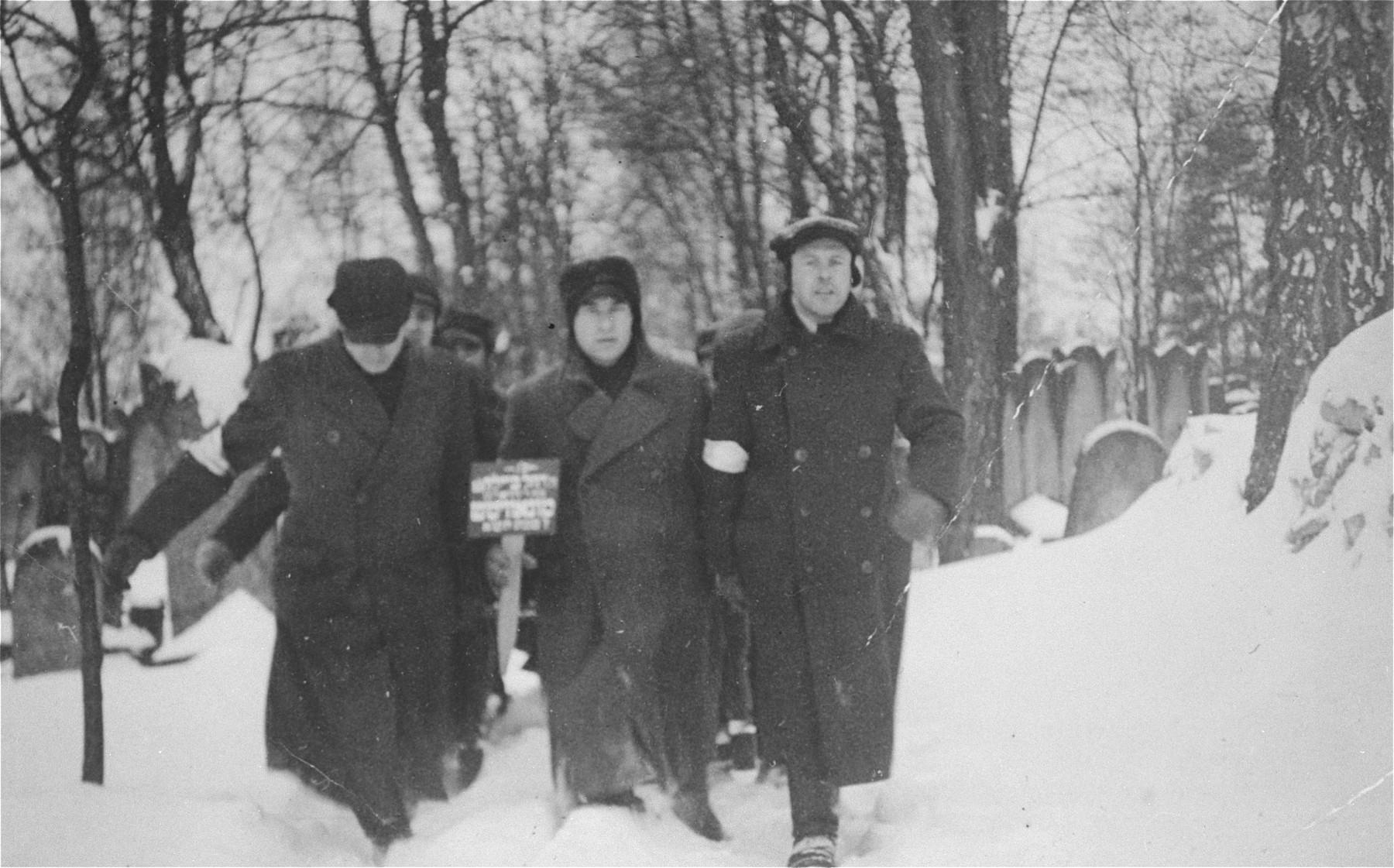 Funeral of Rachel Baila Munowicz at the Jewish cemetery in Czestochowa.  Rachel Munowicz is the grandmother of the donor.