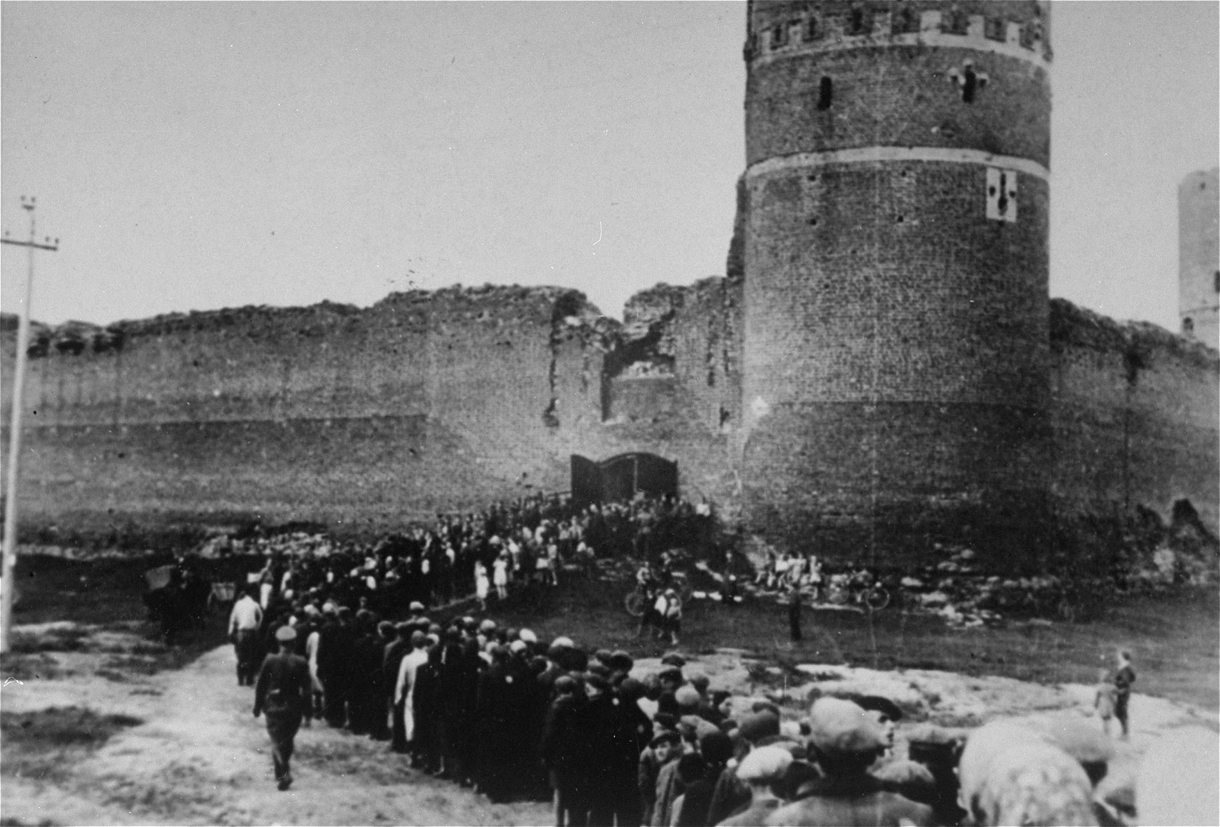 Jews from the Ciechanow ghetto are marched into a fortress.