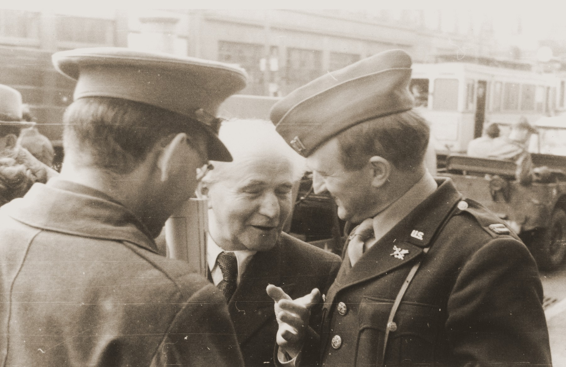 David Ben-Gurion chats with Abraham Hyman (right) and Chaim Hoffmann (left) during an official visit to the American zone of Germany.    Ben-Gurion is on his way to the Babenhausen bei Aschaffenburg displaced persons camp near Frankfurt.