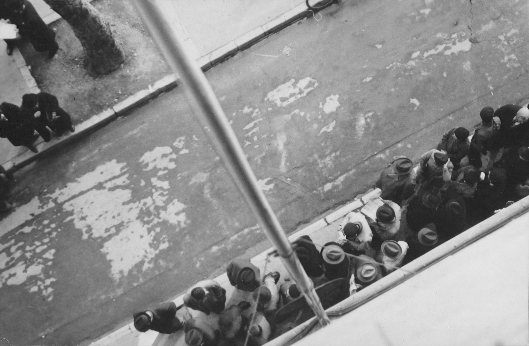 View from above of refugees lined up outside the American consulate in Marseilles.