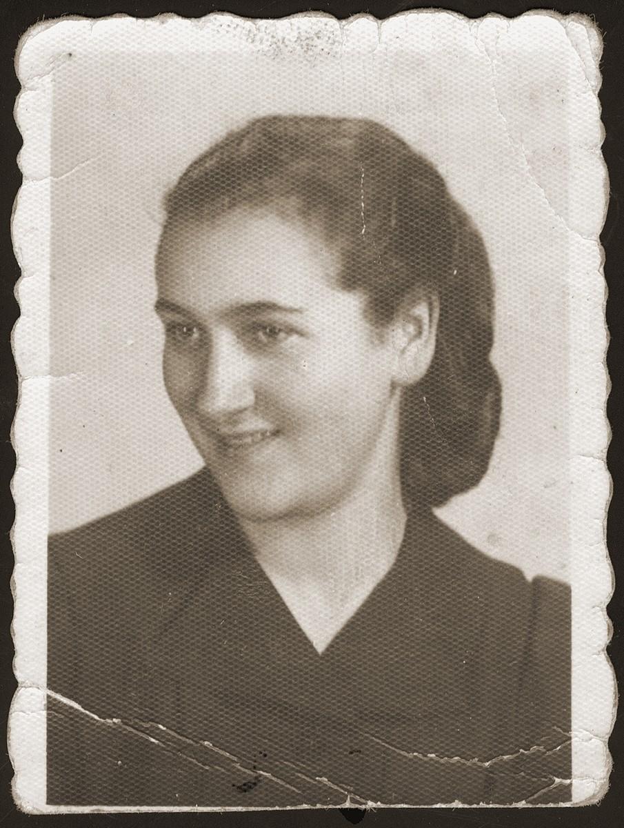 Identification card portrait of Hinda Chilewicz, taken in the Sosnowiec ghetto.
