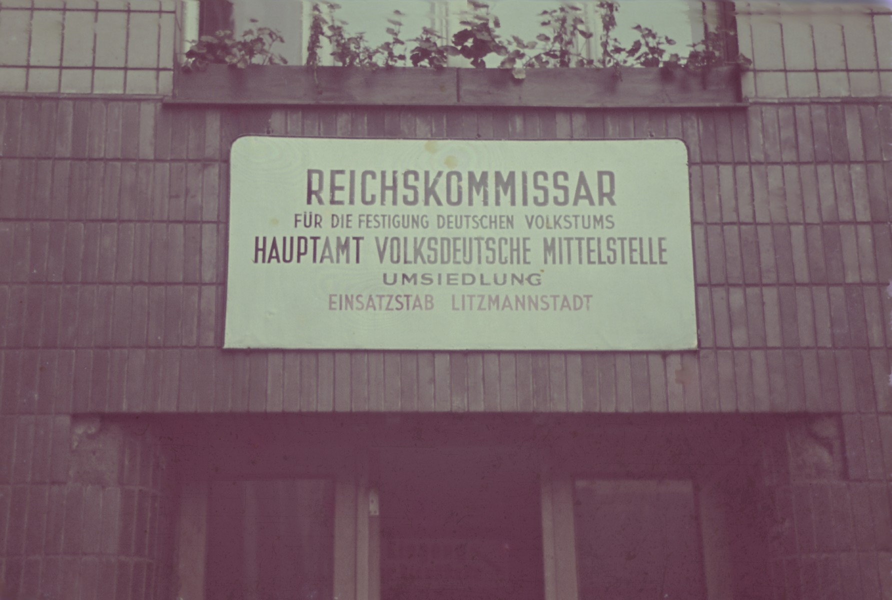 A sign posted above a doorway to the offices of the Reichskommissar in Lodz.