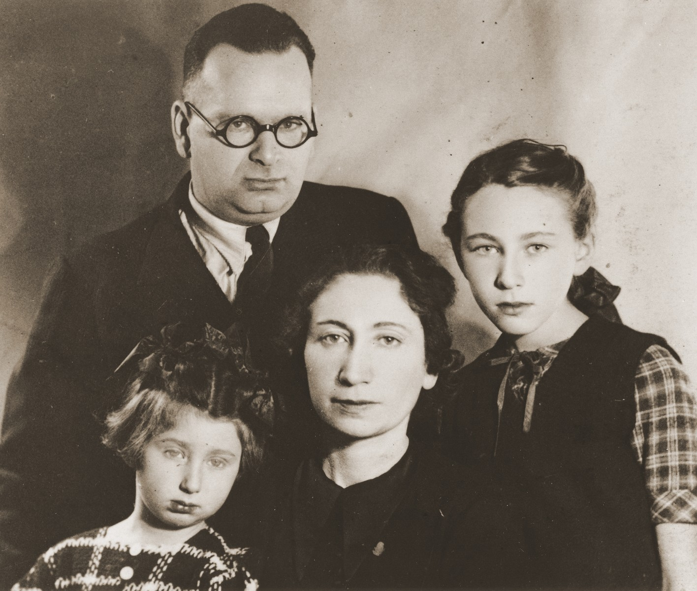 Portrait of Izaak and Malka Fajnsztejn with their daughters, Alicja and Zofja, in the Warsaw ghetto.
