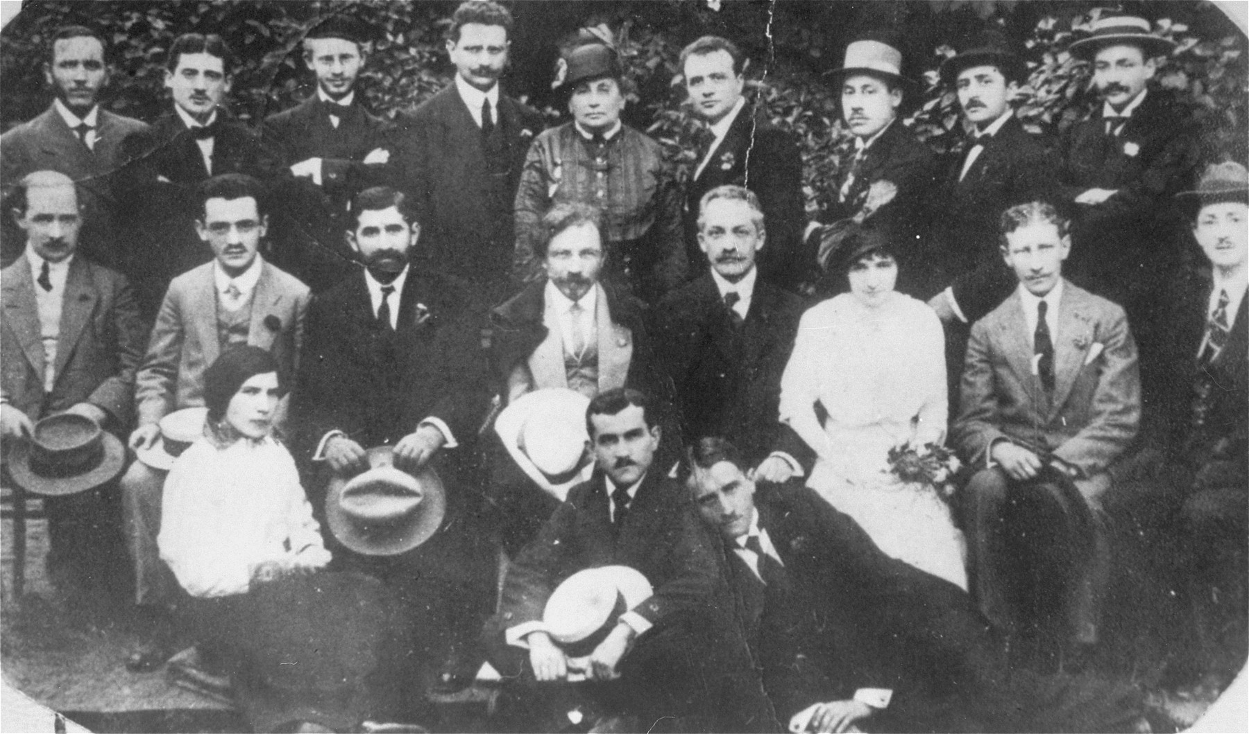 The Yiddish writer Sholem Aleichem poses with prominent members of the Jewish community during his visit to Bedzin.   Pictured in the back row from left to right are: Icie Wygodzki, Goldsztajn and Abram Liwer.  Sholem Aleichem is seated in the middle row, fourth from the left, holding his hat.
