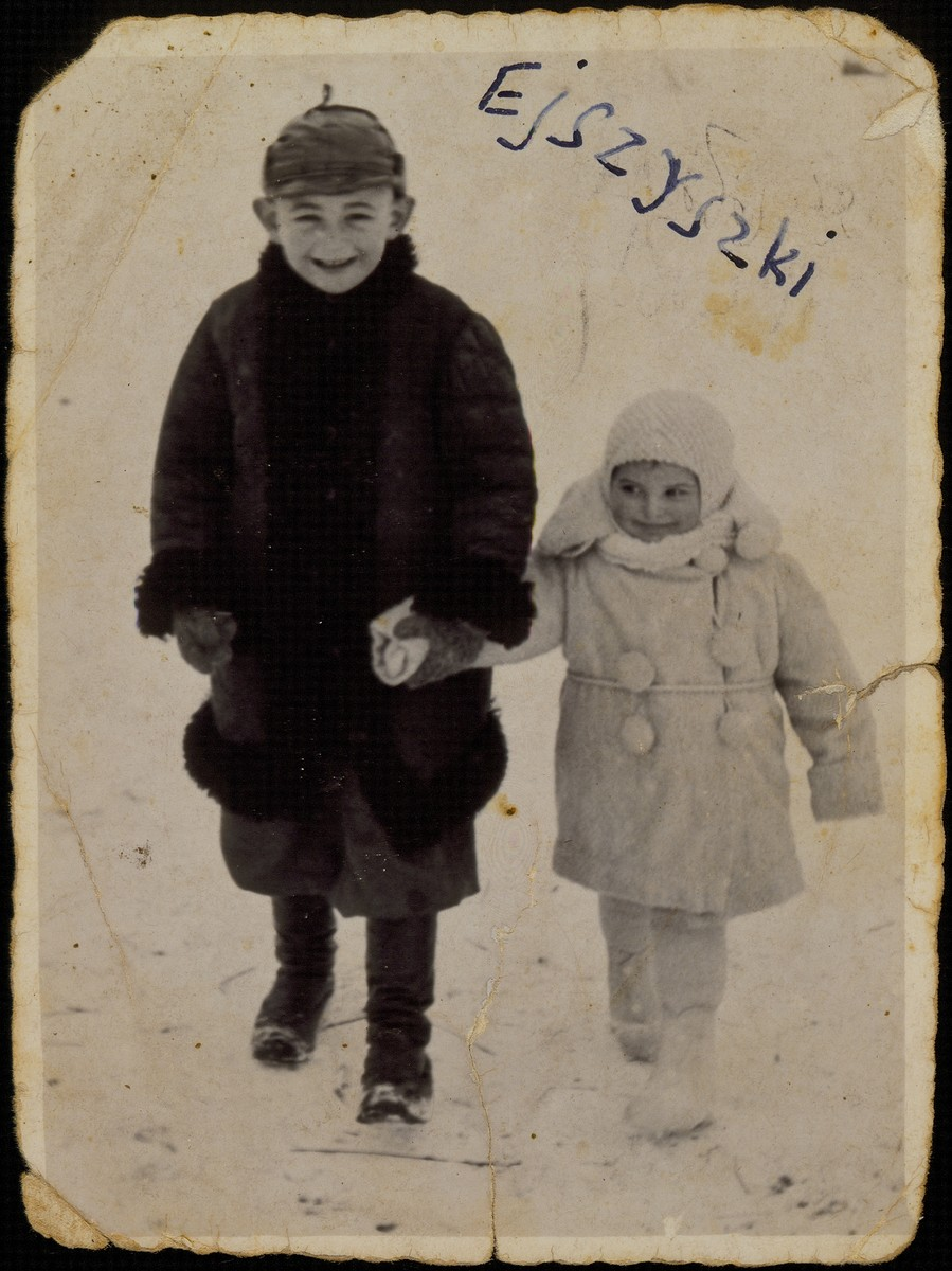 A Jewish brother and sister walk in the snow in Eisiskes.  Pictured are Yitzhak Uri and Yaffa Sonenson.