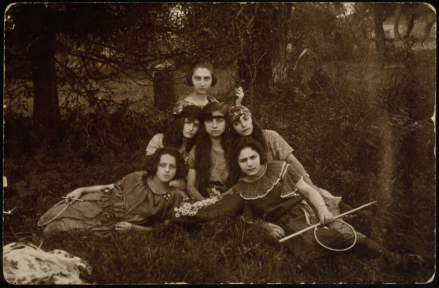 Six friends who were members of Club 21.    In 1921, twenty-one teenage girls, all Hebrew students established an apolitical friendship society and named it  Club 21.  Their younger sisters decided to establish a similar club, simply named Our Circle.  Many of these young women emigrated or moved to larger towns during the 1930s.   Zipporah Katz (later Sonenson) is on top.  Front row on the left is Matle Sonenson (later Shereshefski), sister-in-law of Zipporah Katz Sonenson. Zipporah Katz Sonenson was murdered by the Polish Home Army in October 1944 after the liberation of Eisiskes. Matle Sonenson Shereshefski survived in Siberia and later immigrated to the United States.