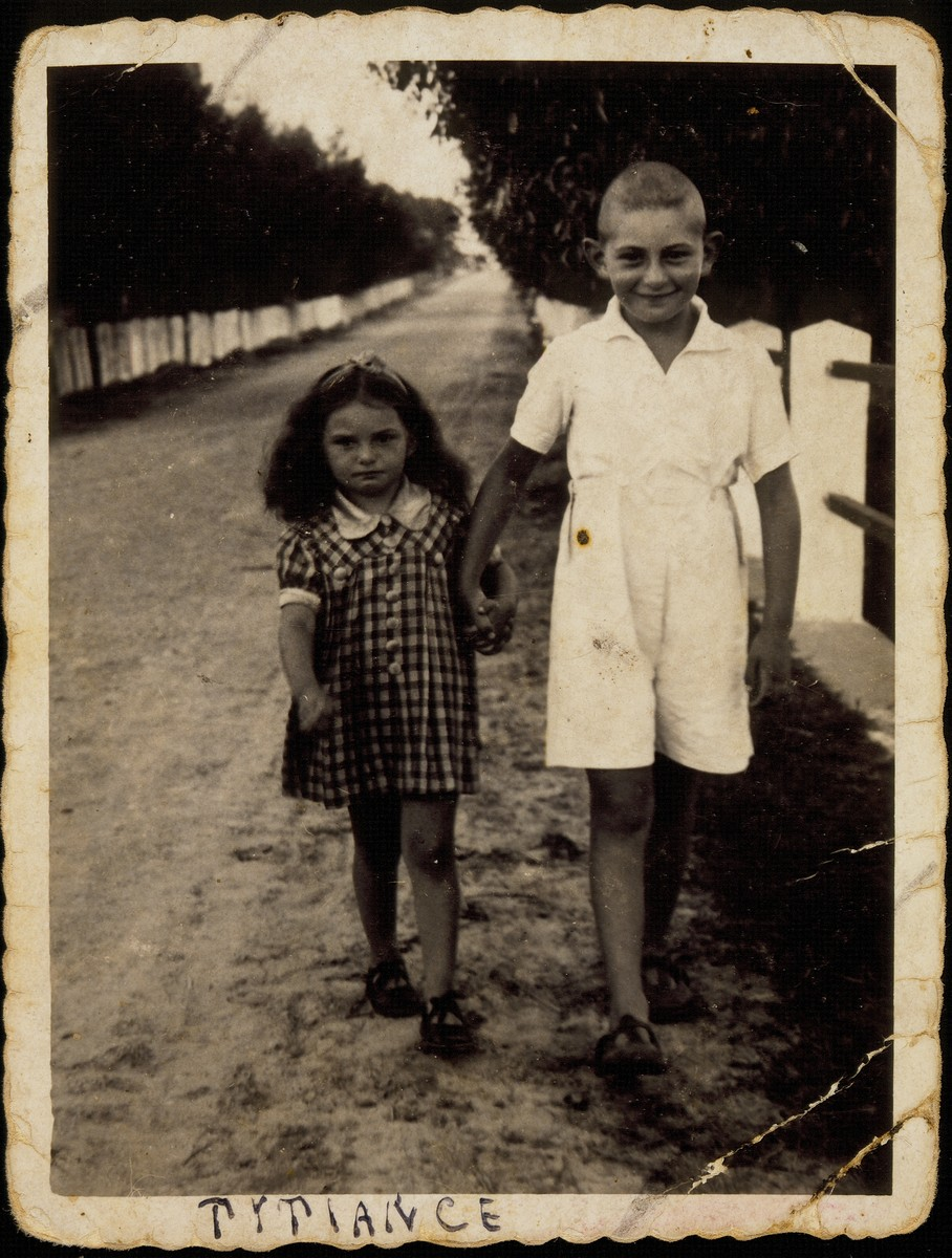 Yaffa and Yitzhak Sonenson walk to their summer home Titiance, 1941.