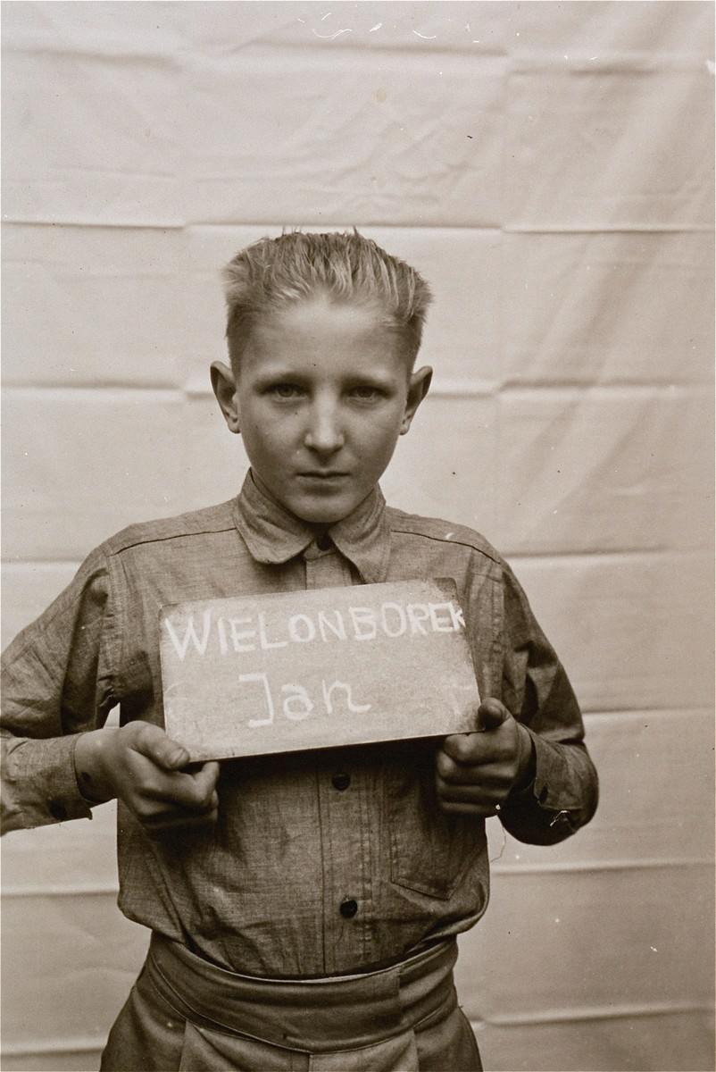 Jan Wielonborek holds a name card intended to help any of his surviving family members locate him at the Kloster Indersdorf DP camp.  This photograph was published in newspapers to facilitate reuniting the family.