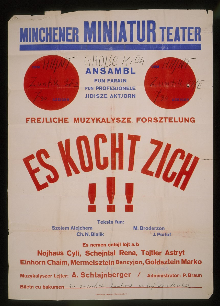 """Advertisement for the Munich Miniature Theater's musical production, """"Es Kocht Zich!!!"""" (It's Cookin').  The production, which was conducted by A. Schtajnberger and performed by an ensemble from the Association of Professional Yiddish Actors, utilized texts from Sholem Aleichem, Chaim Nachman Bialik, M. Broderzon and J. Perlof."""