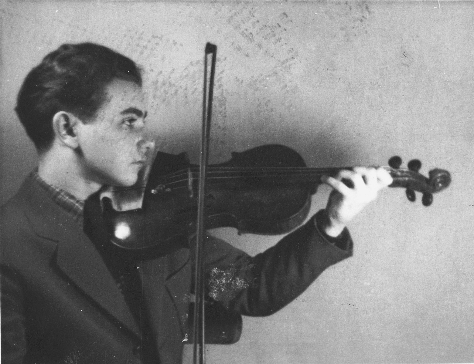 Portrait of the Bronislaw Eichenholz playing his violin in the Krakow ghetto.