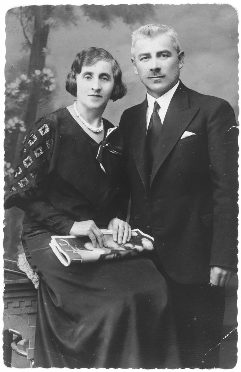 Studio portrait of Moshe Dowid and Dewora Krakowski (the donor's paternal grandparents).