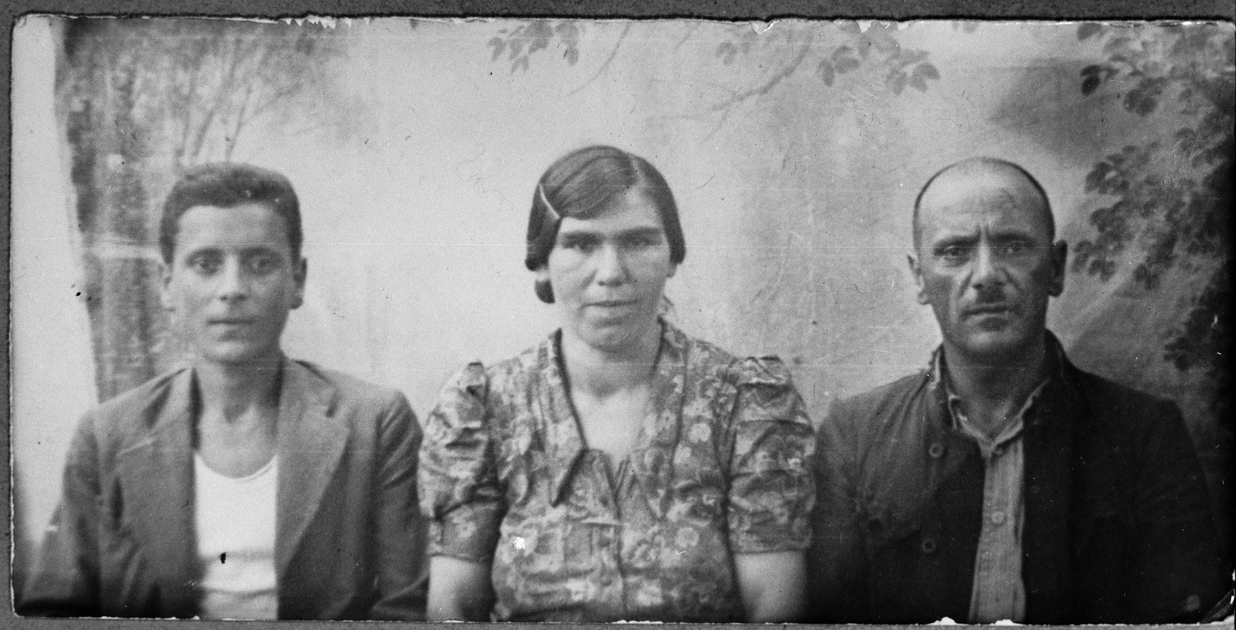 Portrait of Avram (Y.) Sadikario, his wife, Luna, and his son, Yosef.  Avram and Yosef were laborers.  They lived at Krstitsa 30 in Bitola.