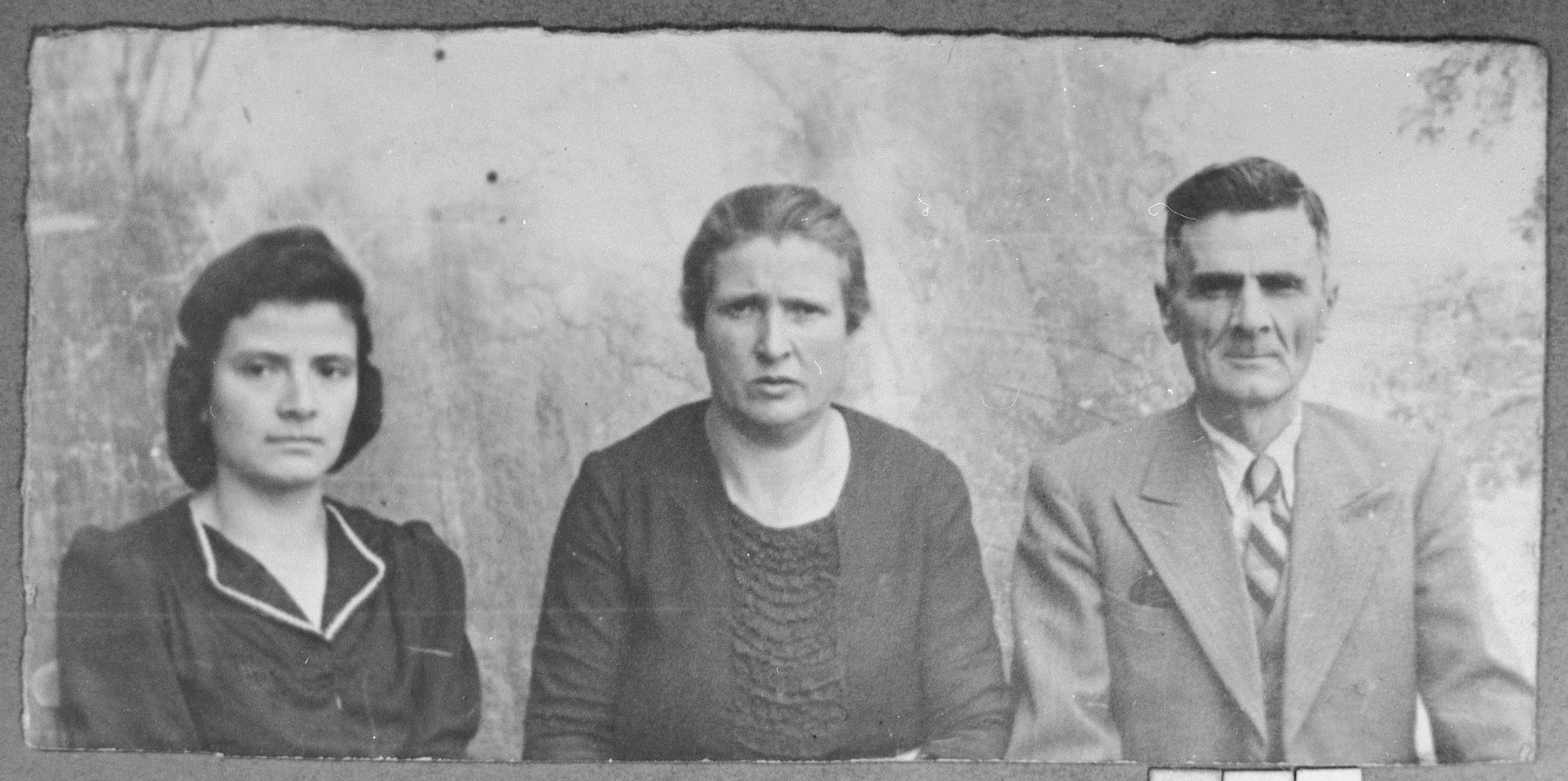 Portrait of Yakov Sarfati, his wife, Hana, and his daughter, Luisa.  Yakov was an agent, and Luisa, a milliner.  They lived at Dalmatinska 70 in Bitola.