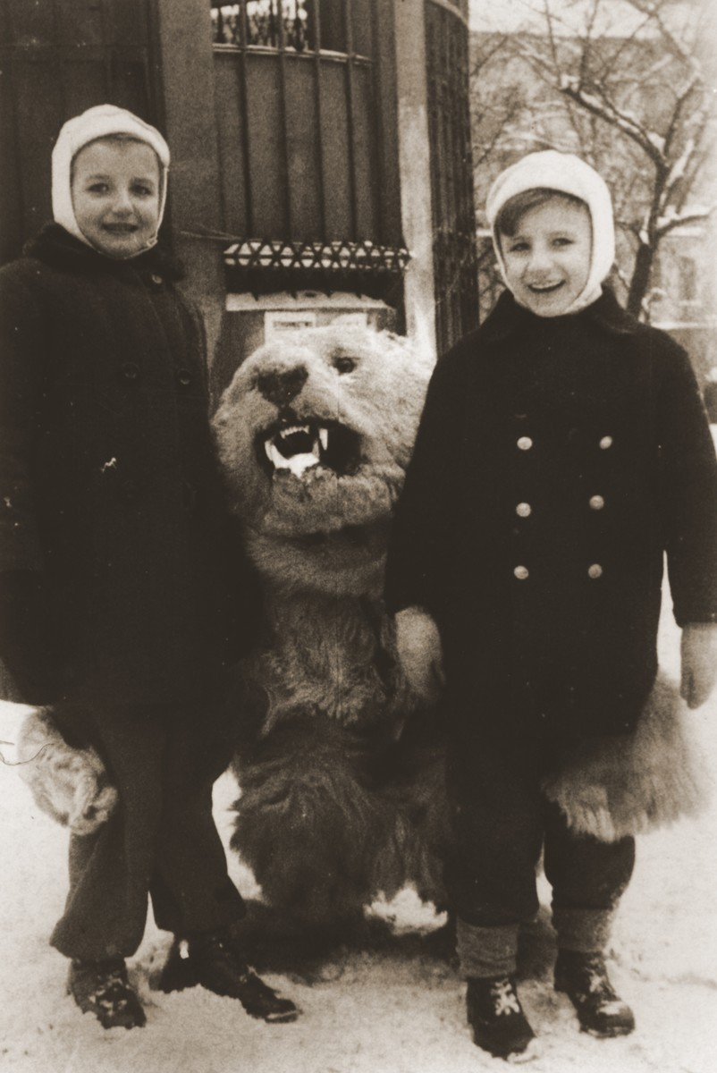 Andrzej and Jadwiga Urbanczyk, two Polish children whom Felicja Berland helped to take care of while she was living on false papers in Krakow.