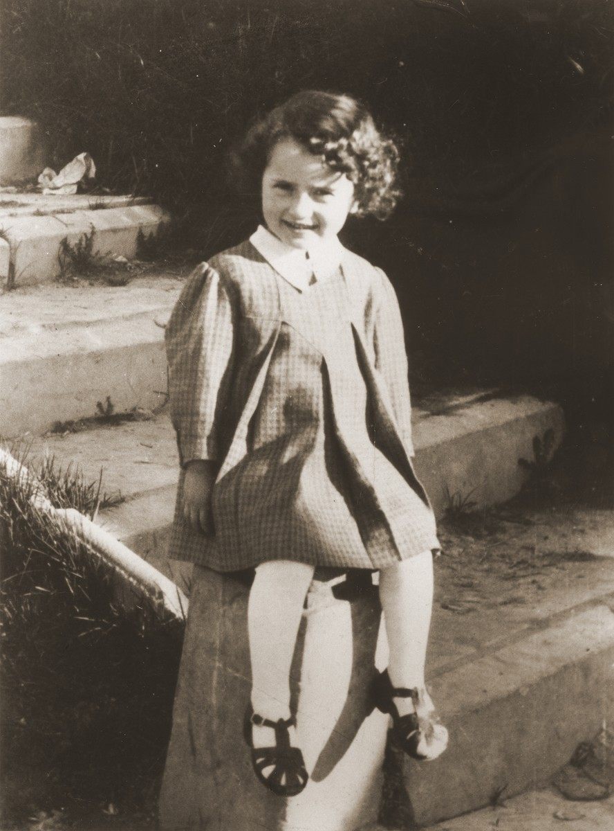 Portrait of Esterka Globen, the cousin of Felicja Berland.  She perished in 1942, just before the liquidation of the Chelm ghetto.