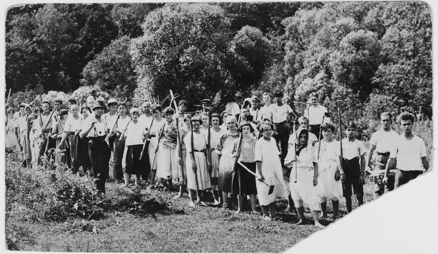 Students from the Vilner Lerer Seminar (Yiddish Teachers' Seminary) go on an excursion to Purzkarnie on the outskirts of Vilna.