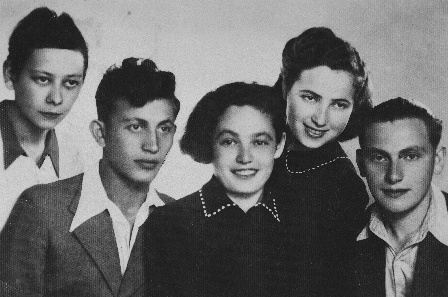 Group portrait of members of the Gordonia Zionist youth movement in the Dabrowa Gornicza ghetto.  Among those pictured in Eliezer Geler (right)
