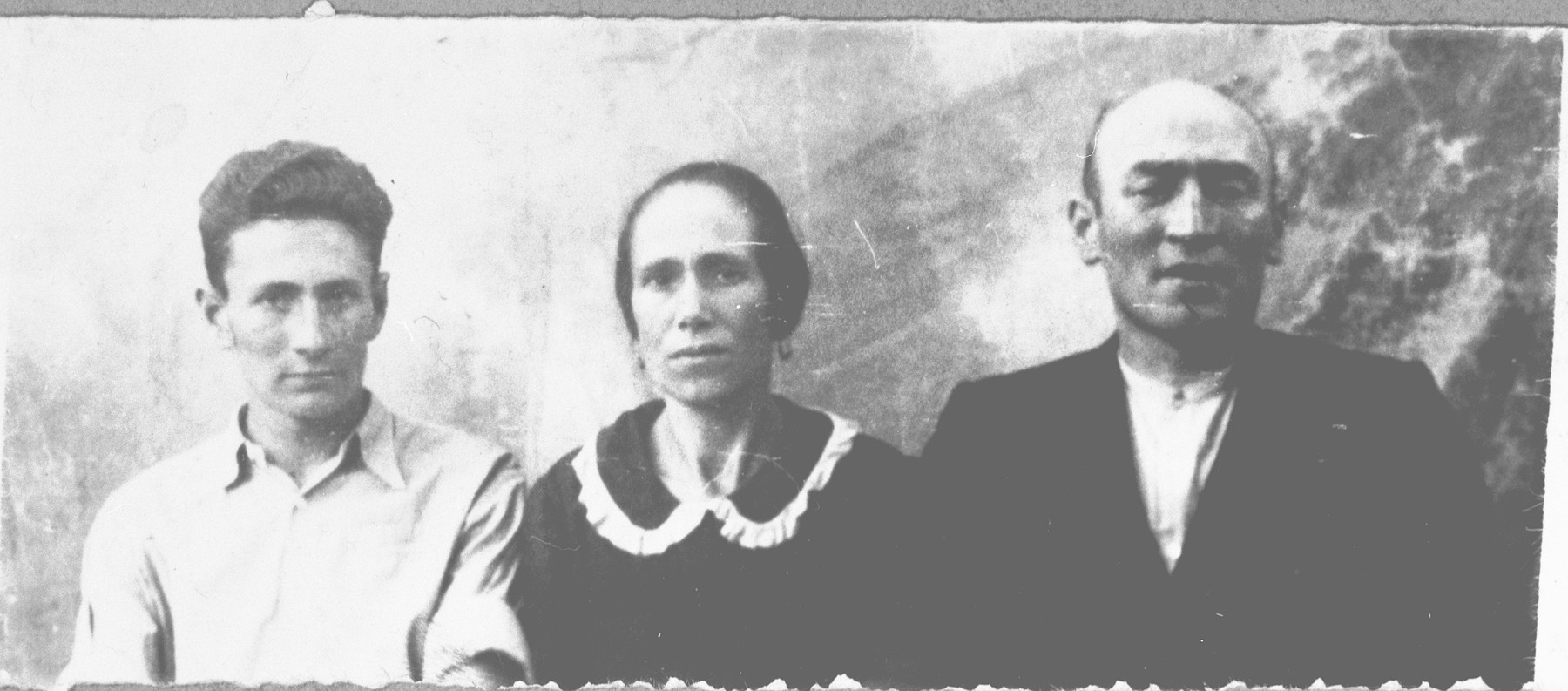Portrait of Mentesh Kamchi, son of Avram Kamchi, Mentesh's wife, Dona, and his son, Simaya.  Mentesh was a tailor and Simaya, a student.  They lived at Svornitska 11 in Bitola.