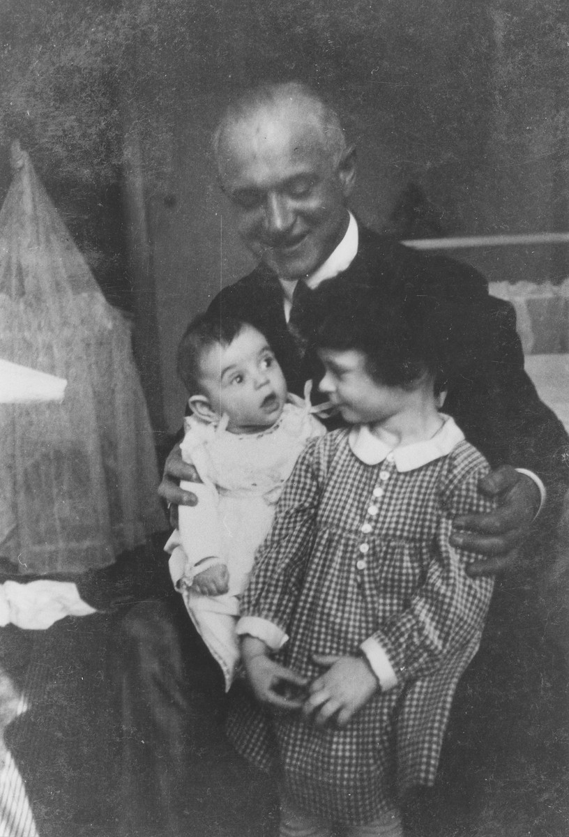 Portrait of Richard Bloch with his two daughters Gerda and Doris.