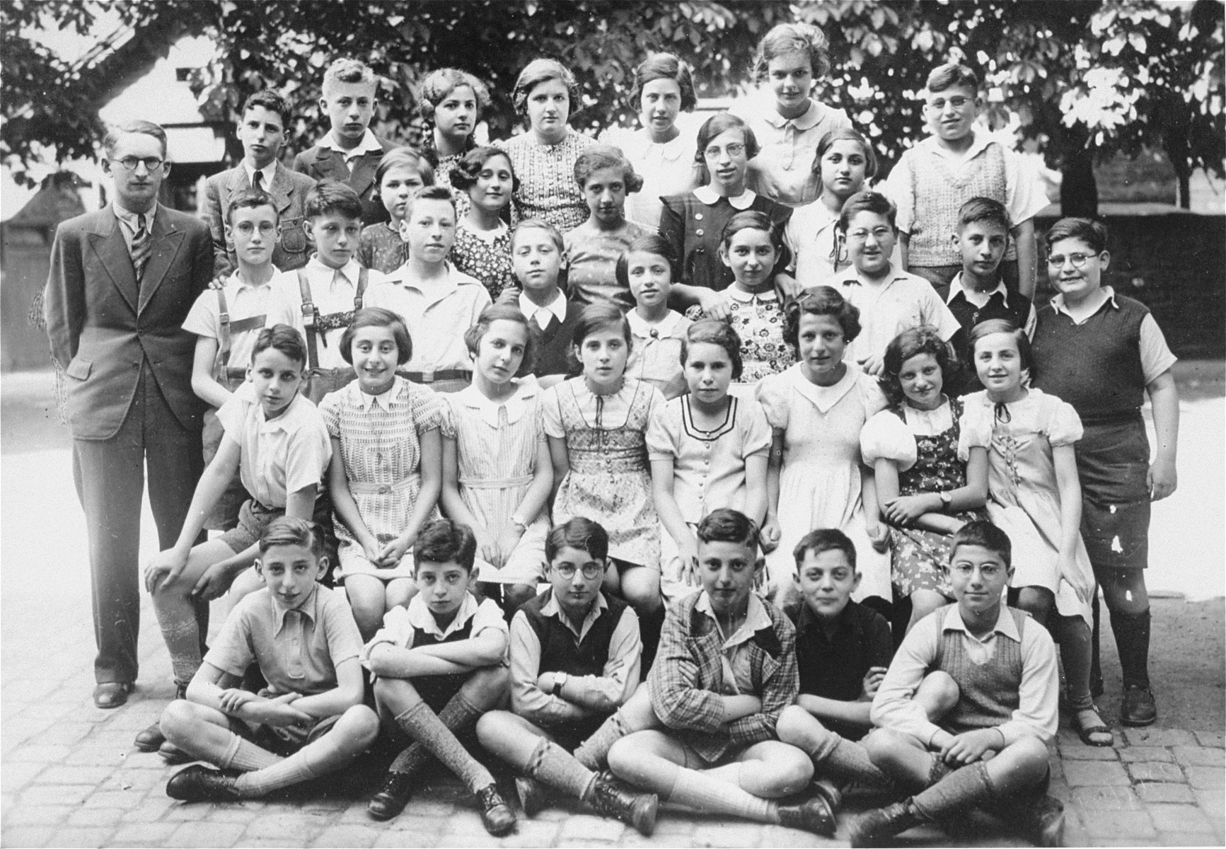 Group portrait of students in the seventh form at a Jewish school in Karlsruhe, Germany.   Among those pictured are Louis Maier (top row, second boy from the left) and Klare Marianne Baer (back row, third student from the left).