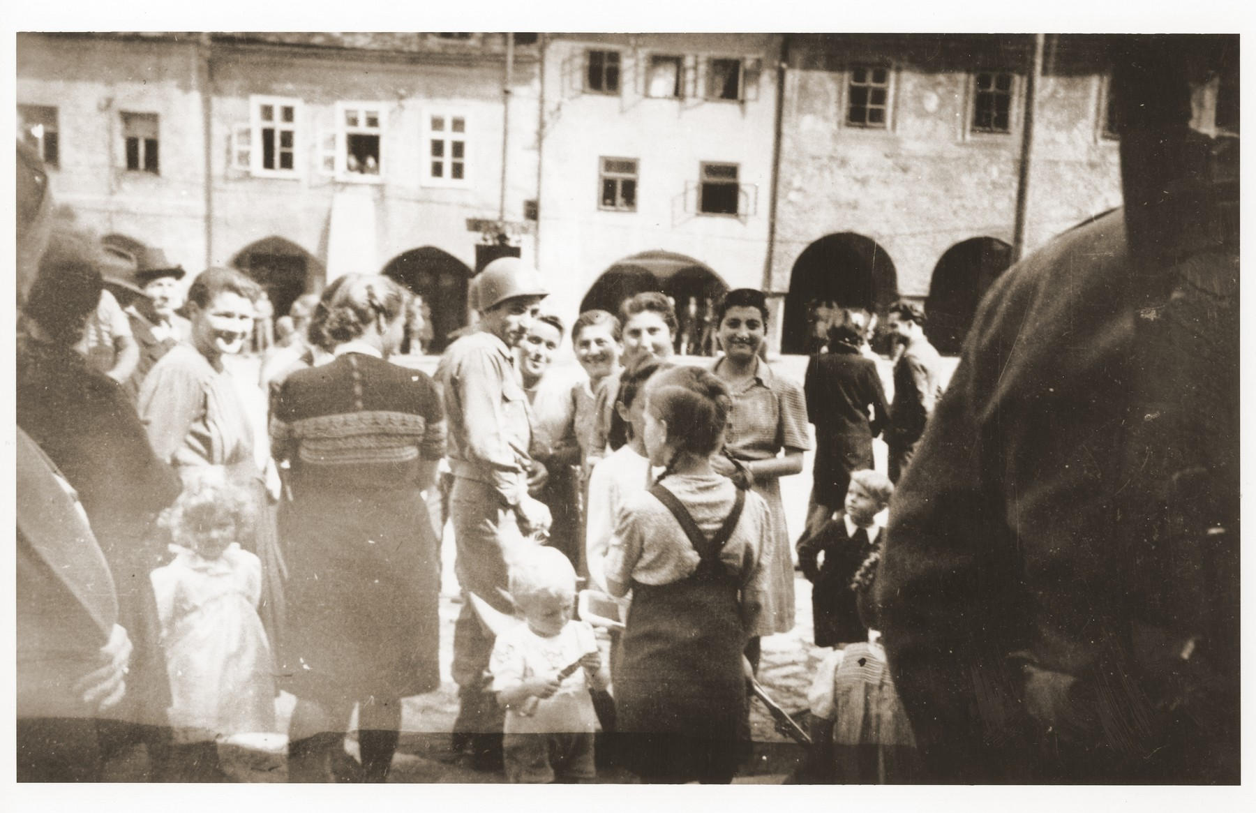 An American soldier, named Shapiro, and Jewish women, several of whom are from Lodz, attend an American soldiers' concert in Prachatice, near Volary.    The women are survivors of a 500 km. death march that ended in Volary and are recuperating in Prachatice.