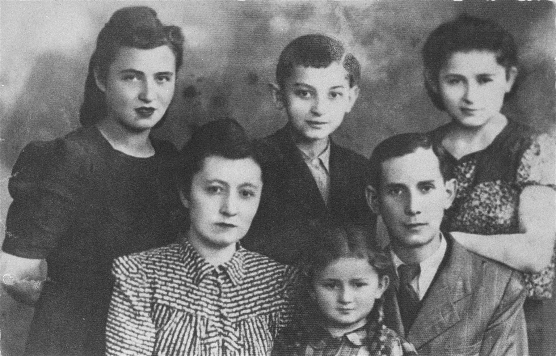 Portrait of the Majerowicz family in the Warsaw ghetto.    Back row, from left to right: Pincia Majerowicz, Chaim (age 10), Cesia (age 12).  Front row, left to right: Pesia-Pola, Lunia (age 5 and daughter of Pesia and Oskar), Oskar (Pesia's husband).