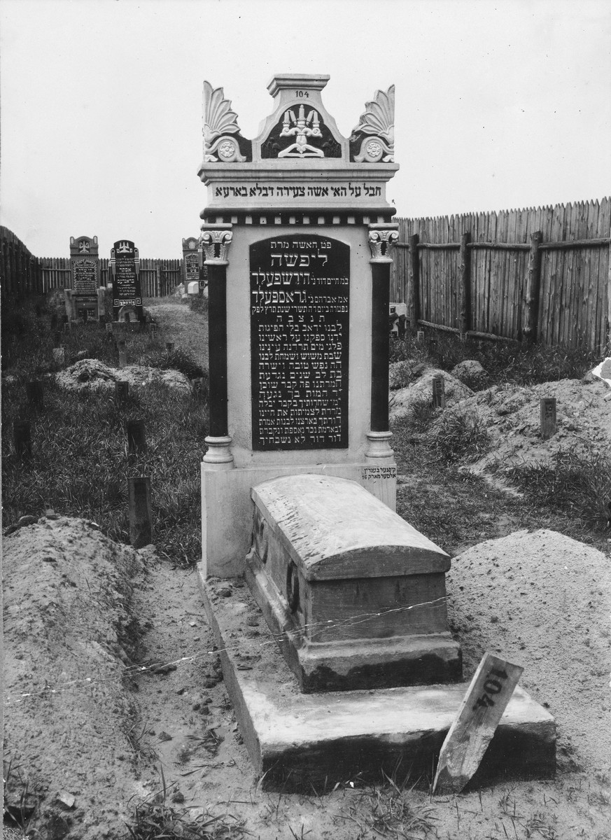 Ornate tombstone for Lifsza Grosfeld who died in childbirth in 1929.