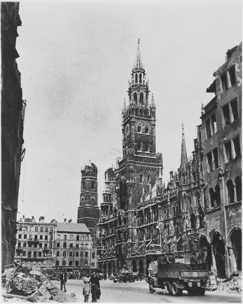 View of the ruins of the city hall in Munich at the time of the liberation.