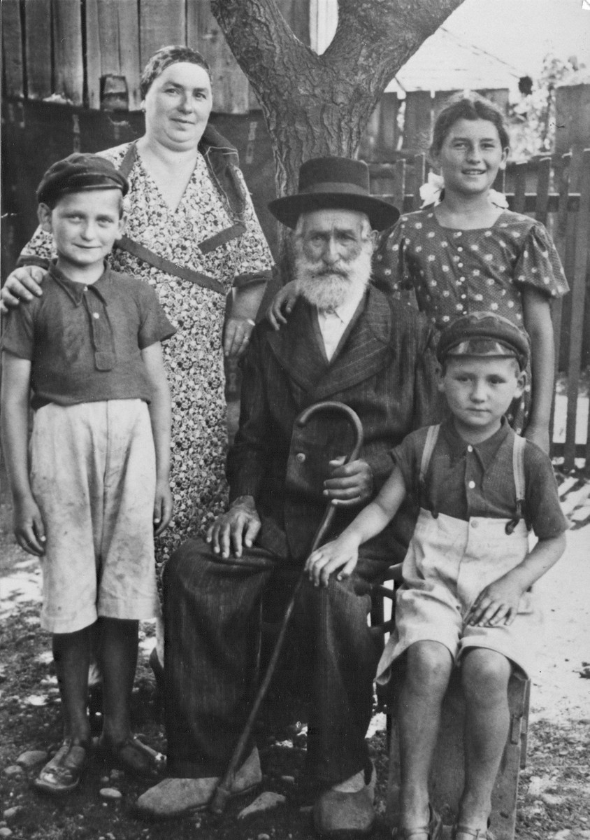 Portrait of the Mendelson family in Copalnic Manastur.  Pictured are the donor, Puju Mendelson (top right), with her two brothers, Mendel and Eluco, and her mother and grandmother.